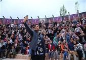 چند هزار عکس یادگاری در قرار فرزاد فرخ و هوادارانش