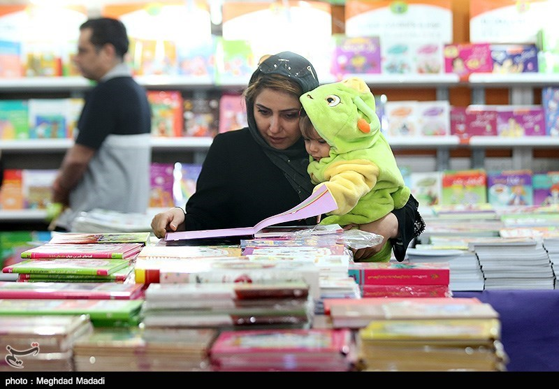 فيديو وصور.. أكثر من 400 ألف كتاب في معرض طهران الدولي الـ32