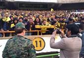 حاشیه دیدار پرسپولیس - سپاهان| بدترین جوِ ممکن در ورزشگاه آزادی و شکستن صندلیها/ گوش فرزندانتان را بگیرید! + تصاویر