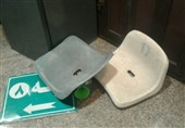 صندلیها و شیشههای شکسته در ورزشگاه آزادی