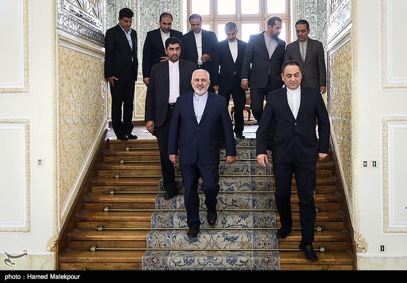 ورود محمدجواد ظریف وزیر امور خارجه به محل دیدار با معاون وزیر امور خارجه قرقیزستان
