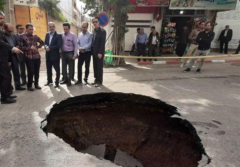 ترکیدگی لوله آب سبب فرونشست زمین در خیابان خرمشهر مشهد شد