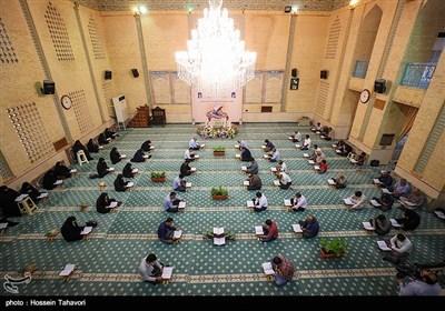 جلسة لتلاوة القرآن الکریم فی جزیرة کیش