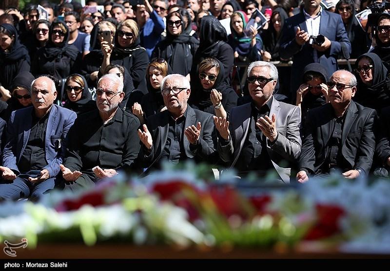 اصفهان| پیکر «بهنام صفوی» بر روی دستان دوستدارانش تشییع شد + فیلم