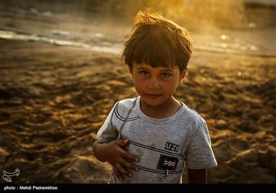 اردوگاه یادمان ثامن الائمه که در جنگلهای شهرستان حمیدیه دایر شده است و 352 نفر از افراد آسیبدیده در این اردوگاه حضور دارند که با آغاز ماه رمضان و روند گرم شدن هوا و عدم وجود وسیله سرمایشی در کنار گرد و غبار ناشی از گل و لای خشک شده تحمل اوضاع را برای این سیلزده به ویژه کودکان سخت کرده است