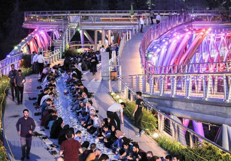 برپایی سفره افطاری ساده بر روی پل طبیعت تهران + فیلم و عکس
