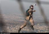 پرش چتربازان سپاه پاسداران از برج میلاد