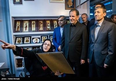 بازدید اسحاق جهانگیری معاون اول رئیس جمهور و پرویز فتاح رئیس کمیته امداد از نمایشگاه محصولات مددجویان توانمند شده کمیته امداد