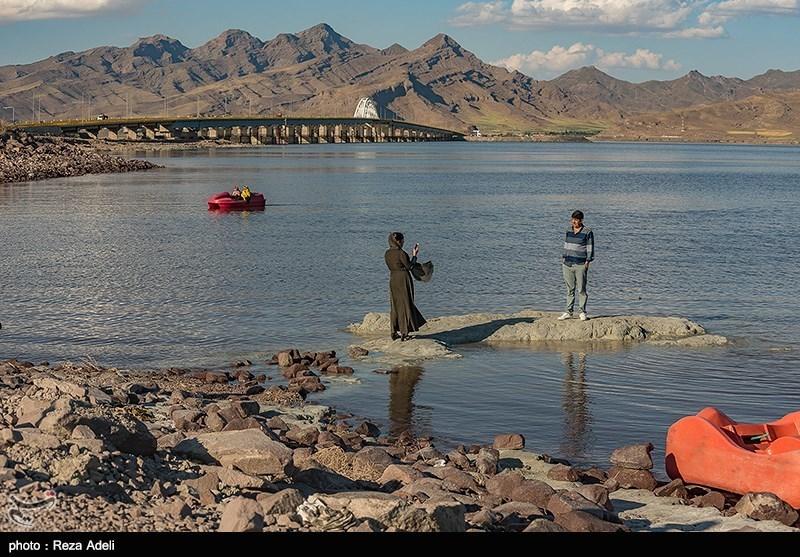 """آب این دریاچه بسیار شور بوده و بیشتر از رودخانههای """"زرینهرود""""، """"سیمینهرود""""، """"تلخه رود""""، """"گدار""""، """"باراندوز""""، """"شهرچای""""، """"نازلو"""" و """"زولا"""" تغذیه میکند"""