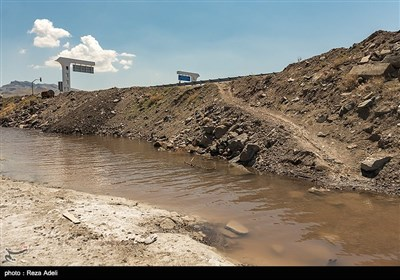 این دریاچه از اواسط دهه ۸۰ شروع به خشک شدن کرد. بررسی تصاویر ماهوارهای نشان میدهد که در سال ۲۰۱۵ این دریاچه ۲۵ تا ۵۰ درصد مساحت خود را از دست داده است. دلایل بسیاری برای خشک شدن دریاچه ذکر شدهاست که از جمله میتوان به خشکسالی، احداث بزرگراه بر روی دریاچه، استفاده بیرویه از منابع آب حوضه آبریز دریاچه، بارش کم برف و باران در سالهای اخیر و احداث سد بر روی رودخانههای حوضههای آبریز این دریاچه اشاره کرد.