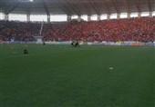 حاشیه دیدار داماش - پرسپولیس| بازیکنان داماش و پرسپولیس وارد زمین شدند/ آغاز بازی با یک ساعت تأخیر