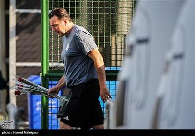 ورود مارک ویلموتس سرمربی تیم ملی فوتبال ایران به محل تمرین