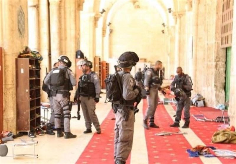 الاحتلال الصهیونی یحول باحات المسجد الاقصى الى ساحة حرب