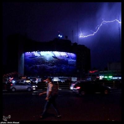 برخورد صاعقه با ساختمان دانشکده خبر واقع در میدان ولیعصر