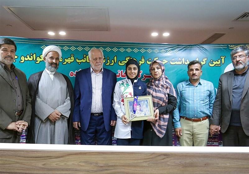 اهدای مدال مهلا مومنزاده به موزه آستان قدس رضوی