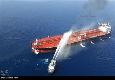 عملية اخماد النيران التي اندلعت بناقلة نفط في بحر عمان