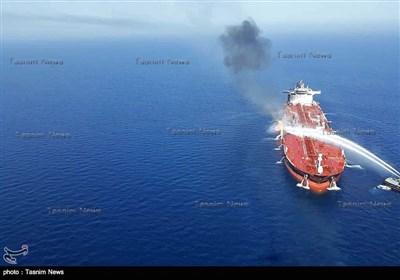 عملیات امدادرسانی به یکی از نفتکش های حادثه دیده در دریای عمان