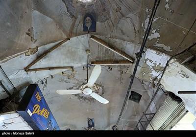 در سقف بازار اصفهان شبکهای از سیمهای برق به شکل توده های تارعنکبوتی قرار گرفته که باتوجه به فرسایش آنها یا تغییر ولتاژهر لحظه احتمال اتصال و حریق وجود دارد.