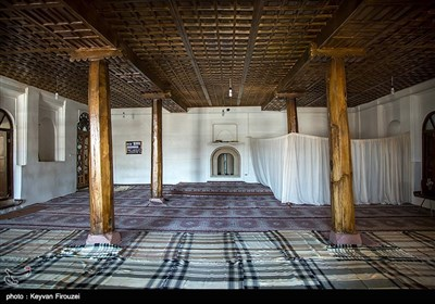مسجد دو مناره واقع درمحلهٔ میان قلعه سقز و در دامنه یگانه تپه تاریخی داخل شهر،یعنی نارین قلعه یعنی بافت قدیم شهر سقز واقع شده است.