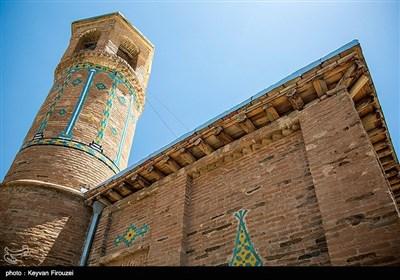 با توجه به کاشی کاریهای این مسجد که بیشتر به اواخر افشاریه و اوایل زندیه مربوط و خصوصیات آن دوران را دارد، میتوان گفت که بنا مربوط به دوره افشاریه است. این مسجد در سال 1378 با شماره ثبتی 2600، جزو آثار ملی کشور ثبت شده است.