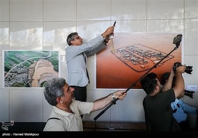 """افتتاح نمایشگاه عکس """"خانهای که سیل برد، مهری که سیل آورد"""" در ایوان انتظار میدان ولیعصر(عج)"""