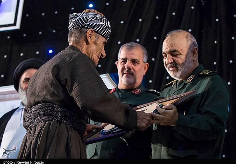 رونمایی از تمبر کنگره ملی 5400 شهید و تجلیل از خانواده شهدای کردستان بهروایت تصویر