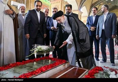 نثار گل حجتالاسلام سیدابراهیم رئیسی رئیس قوه قضائیه بر مزار شهید محمدعلی رجایی