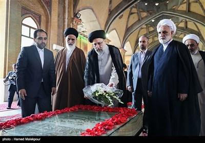 نثار گل حجتالاسلام سیدابراهیم رئیسی رئیس قوه قضائیه بر مزار شهید سیدمحمد بهشتی