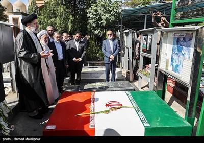 قرائت فاتحه حجتالاسلام سیدابراهیم رئیسی رئیس قوه قضائیه بر سر مزار شهید مصطفی چمران