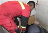 گرفتار شدن ارباب رجوع در سرویس بهداشتی یک اداره + تصاویر