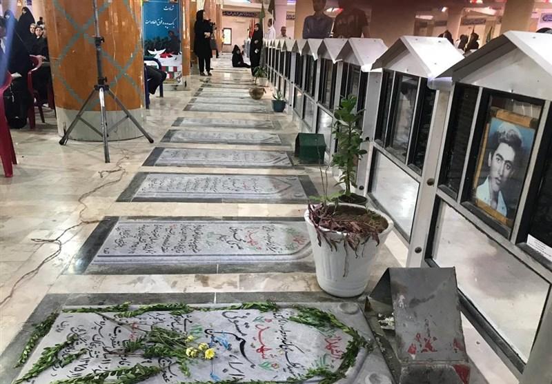 جشنهای دهه کرامت در بوشهر با غبارروبی قبور شهدا آغاز شد