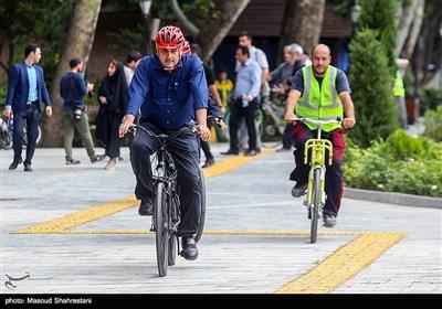 پیروز حناچی شهردار تهران در سهشنبههای بدون خودرو در کنار معلولان