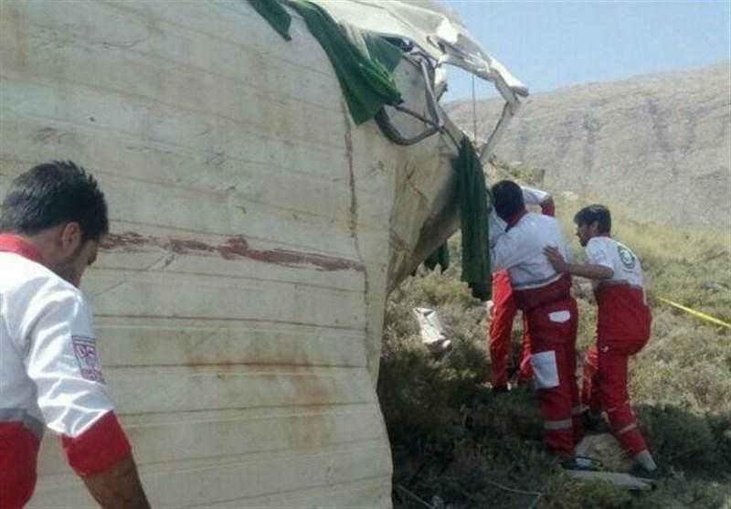 اصفهان| افزایش آمار تلفات حادثه واژگونی مینیبوس؛ راننده جزو مصدومان است