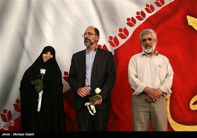 پدر شهید احمدی روشن و پدر و مادر شهید حدادیان در همایش دختران انقلاب در اصفهان