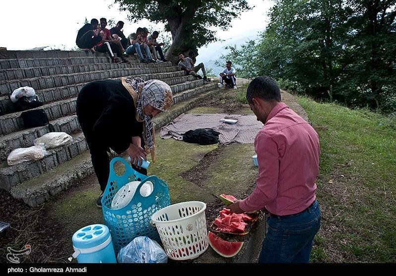 روستاهای مازندران از دیرباز رسم بر این است که مردم از چند روز مانده به 26 عَید ماه مقدمات مراسم را تدارک می بینند و غذای مفصلی می پزند، شیرینی و میوه تهیه می کنند و صبح زود راهی زیارتگاه ها و گورستان ها می شوند و تا عصر در کنار مزار اموات می مانند، در آنجا غذا می خورند و خیرات می دهند.
