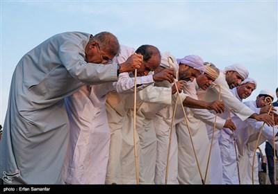 در اجرای این آیین، از طلوع خورشید مردم لباسهای نو میپوشند و تن خود را به آبهای خلیج فارس میسپارند. این آیین، کاملاً فرهنگی و اجتماعی است؛احترام به دریا و سپاس از نعمتهای دریا و شکرانه پروردگار دریا از مفاهیم مستتر در این آیین جذاب است.