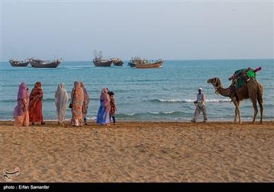 به عقیده صیادان، این روز نخستین روز از فصل گرمای واقعی است. این آیین، ریشه در تاریخ و فرهنگ کهن جنوب ایران دارد، آیینی مردمی که به صورت خودجوش و با اجرای بازیهای محلی، مسابقات محلی، غواصی، قایقرانی و شنا برگزار میشود. متأسفانه در حال حاضر در خلیج فارس در بسیاری از مناطق منسوخ شده است، اما همچنان در قشم اجرا میشود.