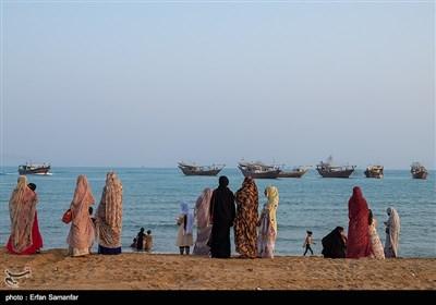 در اجرای این آیین، از طلوع خورشید مردم لباسهای نو میپوشند و تن خود را به آبهای خلیج فارس میسپارند. این آیین، کاملاً فرهنگی و اجتماعی است؛احترام به دریا و سپاس از نعمتهای دریا و شکرانه پروردگار دریا از مفاهیم مستتر در این آیین جذاب است.تصویر