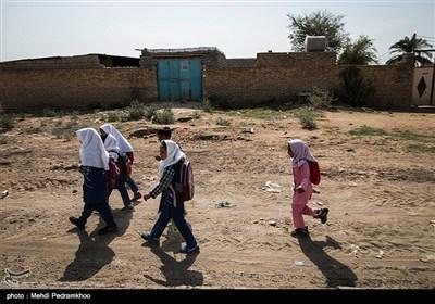 سیلاب از اوایل فروردین ماه امسال در بسیاری از شهرستان های خوزستان از جمله حمیدیه جاری شد و در كنار آسیبی كه به این روستا وارد كرد باعث عقب ماندگی دانش اموزان این منطقه از تحصیل شد و در حال حاضر کلاسهای جبرانی برای این دانش آموزان برگزار میشود .
