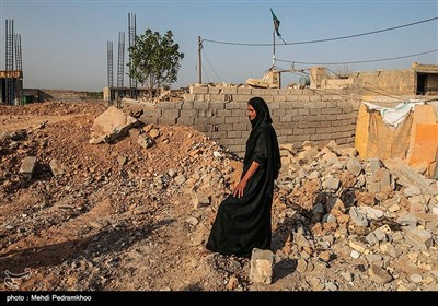 """روستای """"حمدان سلجه"""" یکی از روستاهای مسیر خسرج در حمیدیه، است که در سیل اخیر دچار آبگرفتگی شد و برخی از ساکنان این روستا به تپه های جنگلی خسرج پناه برده بودند."""