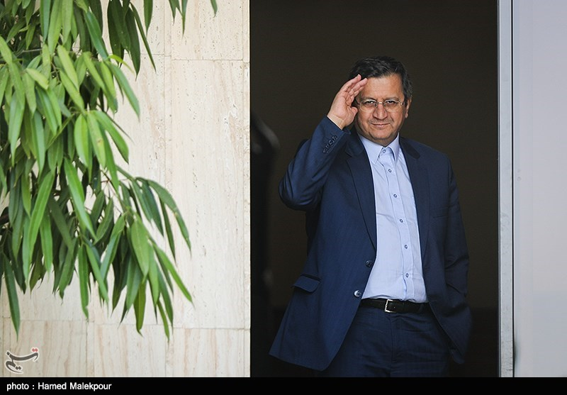 همتی: ادغام بانکهای وابسته به نیروهای مسلح تا پایان آذر قطعی میشود