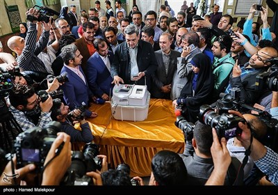 حضور پیروز حناچی شهردار تهران در حسینیه مکتبالصادق(ع) برای شرکت در پنجمین دوره انتخابات شورایاری محلات تهران