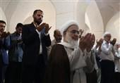 مردم قزوین در میعادگاه نماز جمعه با رعایت کامل نکات بهداشتیحضور مییابند