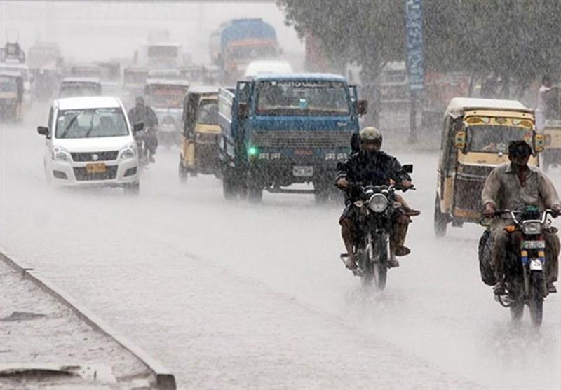 کراچی میں بارش؛ سردی کی شدت میں اضافہ