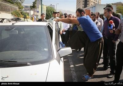 یکی از این مجرمین به صورت نمایشی اقدام به باز کردن درب یکی از خودرو های مکشوفه کرد