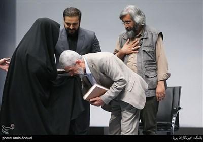 ادای احترام پدر شهید مصطفی احمدی روشن به خانواده شهید موسوی گردیزی
