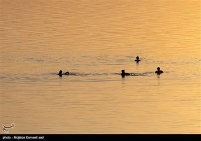 این روزها در گرماگرم فصل تابستان این دریاچه شور، باستانی و زیبا، پذیرای مسافران و گردشگران بسیاری است.