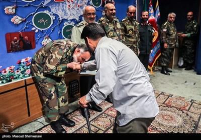 بوسه امیر کیومرث حیدری فرمانده نیروی زمینی ارتش بر دستان جانباز 70 درصد دفاع مقدس در جشنواره مالک اشتر نزاجا