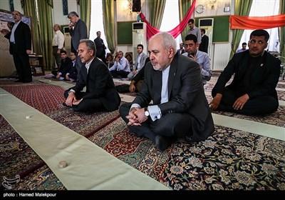 محمدجواد ظریف وزیر امور خارجه قبل از اقامه نماز ظهر و عصر