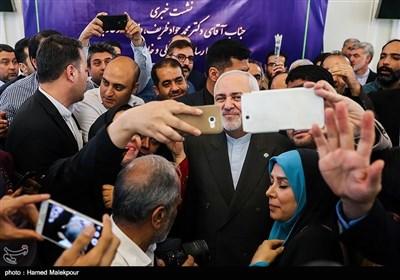 محمدجواد ظریف وزیر امور خارجه در پایان کنفرانس خبری در جمع خبرنگاران